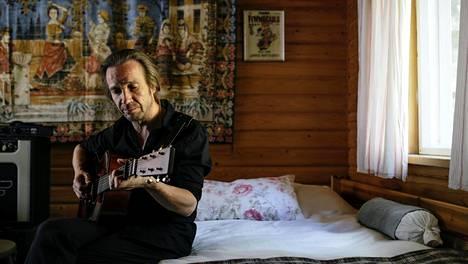 Muusikko Jarkko Martikaisen työhuone on hänen kotitalonsa saunarakennuksessa Riihimäellä.