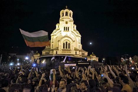 Mielenosoittajat yrittivät päästä parlamenttirakennukseen Bulgariassa myöhään tiistaina.