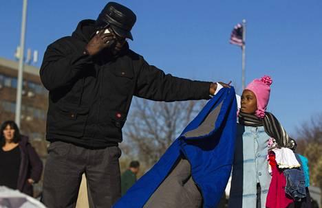 Asukkaat kävivät läpi myrskyn uhreille lahjoitettuja vaatteita Queensissa New Yorkissa sunnuntaina.