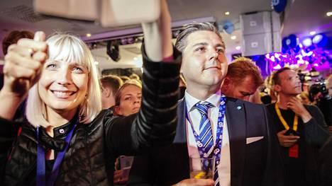 Perussuomalaisten varapuheenjohtaja Laura Huhtasaari ruotsidemokraattien vaalivalvojaisissa sunnuntaina Tukholmassa.