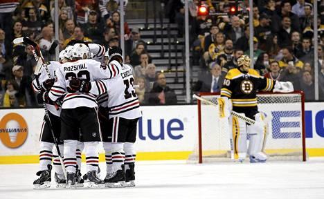 Chicagon pelaajat juhlivat sen jälkeen, kun saivat kiekon Bostonin maalivahdin Tuukka Raskin ohi.