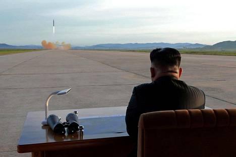 POHJOIS-KOREAN UHITTELU. Pohjois-Korean diktaattori Kim Jong-un on pitänyt Yhdysvaltoja ja sen liittolaisia varpaisillaan jatkamalla armeijansa erilaisia ohjuskokeita neuvotteluyrityksistä huolimatta. Pohjois-Korean valtiollisen tietotoimiston välittämässä kuvassa Kimin kerrotaan valvovan Hwasong-12-ohjuksen laukaisua syyskuussa 2017.