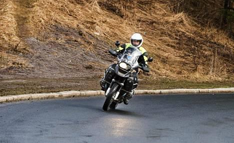 """Jarmo Jokilammelle moottoripyöräilyssä on kyse nautiskelusta: """"Kun ajaa moottoripyörällä mutkatiellä, on nautinnollista, kun keskittyy vain siihen ajamiseen, ei mihinkään muuhun."""""""