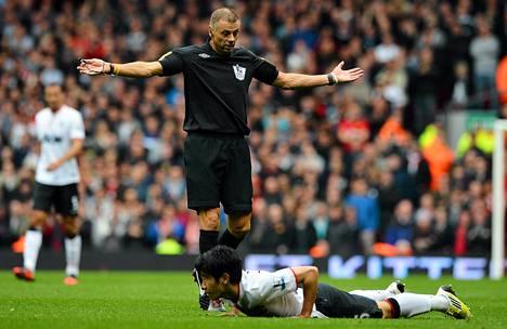 Mark Halsey (kesk.) tuomaroi Liverpool-Mancher-ottelua sunnuntaina. Maassa makaa Manchesterin Shinji Kagawa.