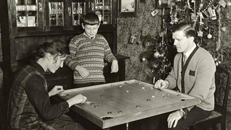 Korona oli 1950-luvulla joulun aikaan läsnä vain lautapelinä. Pelit ovat mukana monen jouluvietossa nykyäänkin.