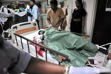 Pommi-iskujen uhreja hoidettiin sairaalassa Hyderabadissa torstaina.