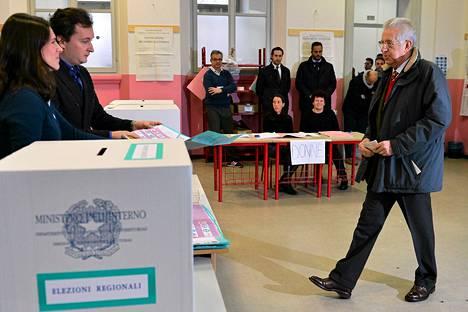 Mario Monti kävi äänestyspaikalla heti sunnuntaina.