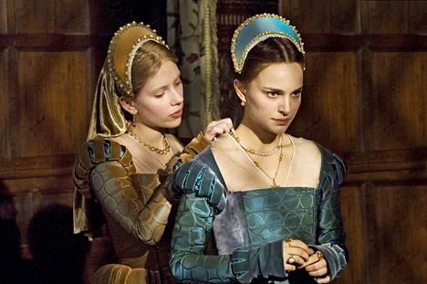 The Other Boleyn Girl -elokuvan (2008) sisaruksia esittävät Scarlett Johansson (vas.) ja Natalie Portman.