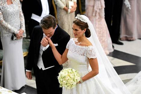 Ruotsin prinsessa MAdeleine ja yhdysvaltalainen liikemies Christopher O'Neill vihittiin Tukholmassa lauantaina kello 17.