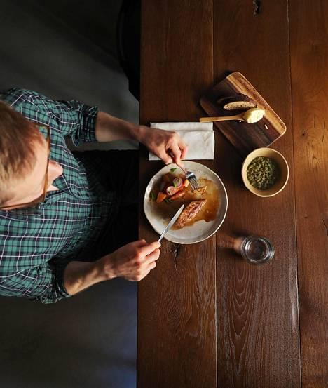 Sami Koponen tutkii ruokaa Helsingin yliopistolla.