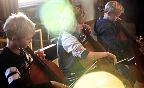 Itä-Helsingin musiikkikoulun neljäsluokkalaiset Kasper Sydänmäki, Waltteri Helisalo ja Olli Matikainen soittavat ja laulavat Risto Räppääjä -elokuvasta tutun kappaleen Kyllä pärjätään. Se esitetään tänään sunnuntaina Musiikkikoulun konsertissa musiikkiteatteri Kapsäkissä.