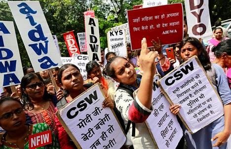 Seksuaalinen väkivalta on viime aikoina nostattanut vastalauseita Intiassa. Syyskuussa Delhissä osoitettiin mieltä, kun 19-vuotias tyttö oli raiskattu läheisessä Haryanan osavaltiossa.