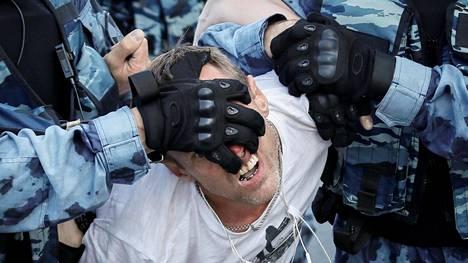 Poliisit ottivat mielenosoittajan kiinni lauantaina Moskovassa. Mielenosoittajat vaativat, että oppositioryhmien ehdokkaat saisivat osallistua syyskuun paikallisvaaleihin.