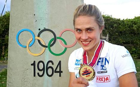 Tuuli Petäjä-Sirén poseerasi Enoshima Olympic Weekin kultamitali kaulassaan.