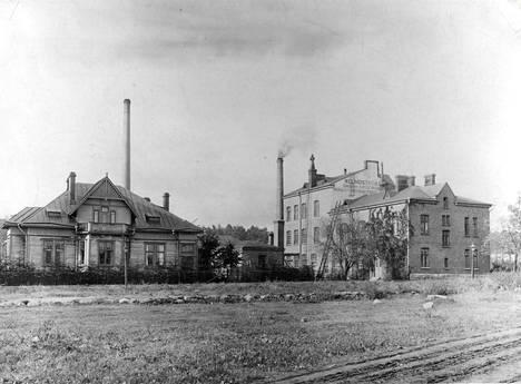Lindström siirsi tehtaansa Sörnäisiin 1900-luvun alkupuolella. Vasemmalla värimestarin asunto, kun taas kuvan keskiosassa näkyvä bensiinipesula oli pidettävä muista rakennuksista erillään räjähdysvaaran vuoksi.