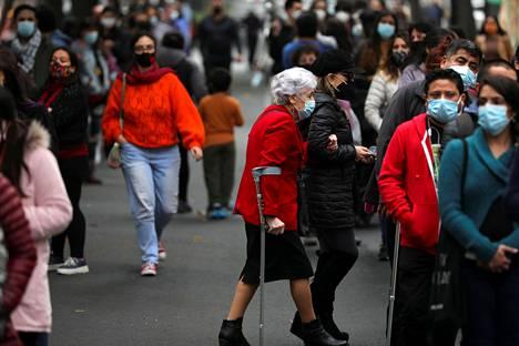 Ihmiset jonottivat äänestämään Santiagossa lauantaina.
