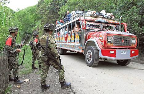 Kolumbialaiset sotilaat valvoivat liikennettä keskiviikkona Caucan maakunnassa sen jälkeen, kun autopommit olivat tappaneet tiistaina kaksi ihmistä. Iskuista syytettiin Farc-sissejä.