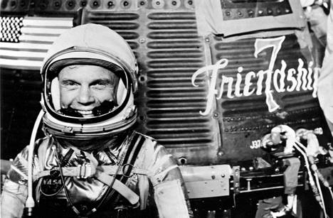 John Glenn 20. helmikuuta 1962 ennen nousua kiertoradalle ja maapallon kiertämistä ensimmäisenä yhdysvaltalaisena astronauttina.
