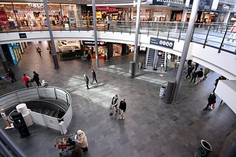 Asiakkaita ostoksilla kauppakeskus Myyrmannissa Vantaalla huhtikuussa.