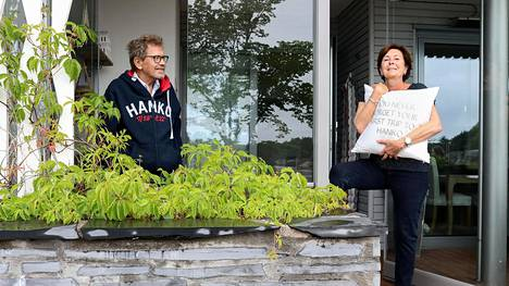 Kuusi vuotta sitten valmistui Antero Väisäsen ja Aino Steinerin unelma-asunto lähelle merenrantaa. Kun espoolaispariskunnan venekunto loppui, piti myydyn veneen tilalle löytää kesäpaikka. Vielä he eivät voi muuttaa pysyvästi, sillä Espoossa Steinerin äitin luona on käytävä päivittäin.