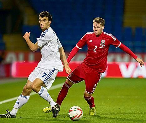 Walesin Chris Gunterin kanssa pallosta taisteleva Roman Eremenko (vas.) on kasvanut maajoukkueen runkopelaajaksi.