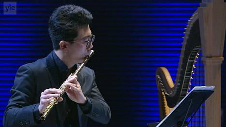 Yuki Koyama soittaa Kaija Saariahon Laconisme de l'aile -teosta.