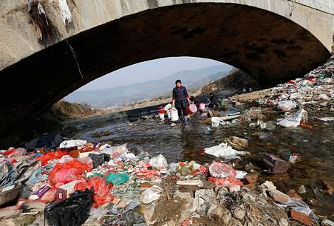 Kiinassa Anhuin maakunnassa kyläläiset pesivät viime helmikuussa vaatteitaan pahoin saastuneessa Shenling-joessa.
