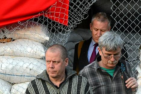 Etyj-tarkkailija Ukrainassa Thomas Johansson (vas.) vapauttamispäivänään 27. huhtikuuta.