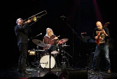 Vauhdissa sveitsiläinen pasunisti Samuel Blaser, yhdysvaltalainen rumpali Gerry Hemingway sekä tanskassa syntynyt kitaristi Marc Ducret.