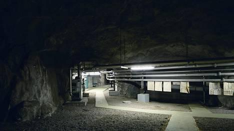 Merivedellä täytettävien luolien yhteinen tilavuus on 300 miljoonaa litraa, mikä vastaa kolmea eduskuntataloa. Vedellä täytettävä luolasto sijaitsee kuvan luolan alapuolella.
