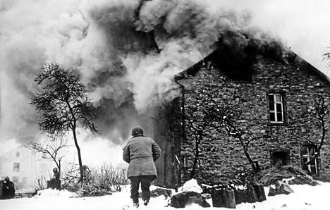 Yhdysvaltalaissotilas Sankt Vithin kylässä. Belgiassa lähellä Saksan rajaa sijaitseva kylä kuului Ardennien taistelun taistelupaikkoihin.