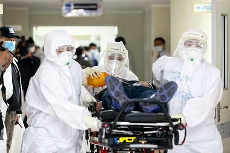 Lääkintähenkilökuntaa massiivisessa koronavirusharjoituksessa Mongolian pääkaupungissa Ulan Batorissa 7. toukokuuta. Tarkoitus oli simuloida tilannetta, jossa osa pääkaupungista eristetään koronaviruspandemian vuoksi.