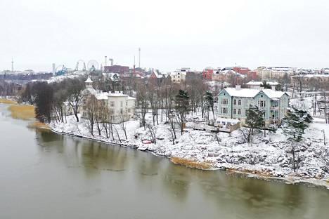 Sininen huvila sijaitsee Töölönlahden rannalla Linnunlaulussa.