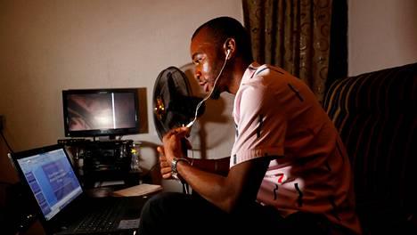 Nigerialaisopettaja Emmanuel Ntaji piti etäoppituntia luokalleen Zoomin välityksellä Lagosissa huhtikuun lopulla.