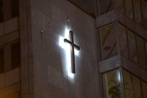 Kirkkohallituksen seinässä Helsingissä loistaa risti.
