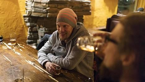 Joonas Halonen (vas.) ja Juhana Halonen olivat töiden jälkeen oluella Vaasankadulla ravintola Iltakoulussa.