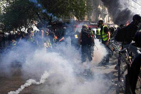 Poliisi yritti hajottaa kyynelkaasulla keltaliivien joukkoja Pariisin keskustassa lauantaina.
