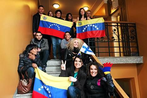 Pääkaupunkiseudulla asuvia venezuelalaisia kokoontui seuraamaan maansa äänestämistä Venezuelan suurlähetystöön Bulevardilla Helsingissä sunnuntaina.