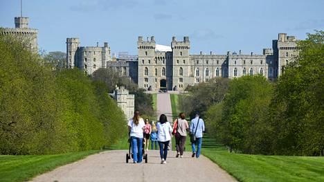 Yli neljä kilometria pitkä Long Walk johtaa Windsorin puiston halki linnalle. Hääpari tekee reittiä pitkin vaunuajelun.