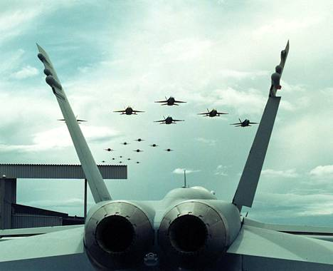 Hornet-hävittäjät koottiin Suomessa. Peräti 18 Hornetia lensi viimeisen Kuorevedellä kootun koneen yli 20 vuotta sitten.