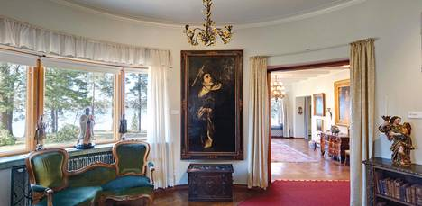 """Villa Gyllenbergin puolikaaren muotoinen """"pyhä huone"""" sisältää monia uskontoon ja henkisiin perinteisiin liittyviä taide-esineitä. – Kirjan kuvitusta."""