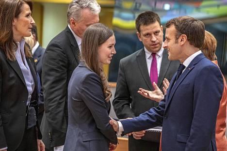 Suomea EU-huippukokouksessa edustaa pääministeri Sanna Marin (sd). Joulukuussa hän tapasi muun muassa Ranskan presidentin Emmanuel Macronin (oik.)