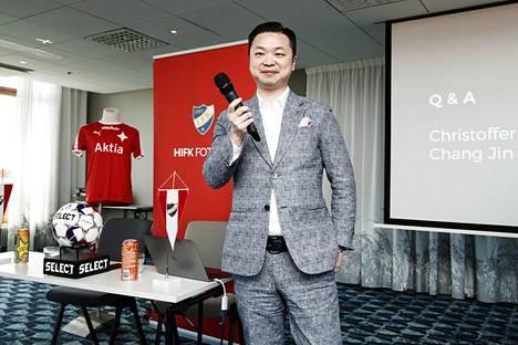 Kiinalainen Lucas Jin Chang esittäytyi medialle ja HIFK:n kannattajille 14. toukokuuta 2019 Töölön jalkapalloareenalla pidetyssä tiedotustilaisuudessa.