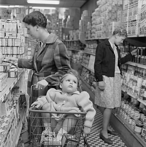 """""""Äiti käy kaupassa: Lapset ikävystyvät ja joutuvat pahantekoon äidin ollessa poissa"""". Julkaistu: 18.3.1947. Toisen maailmansodan jälkeinen kulutusjuhla, ihmisten kehonkieli ja ilmeet arkisissa puuhissa olivat Kubrickin valokuvissa toistuvia aiheita."""
