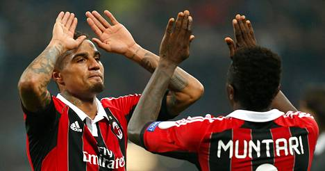 AC Milanin maalintekijät Kevin-Prince Boateng (vas.) ja Sulley Muntari onnittelivat toisiaan Barcelona-ottelun lopussa.
