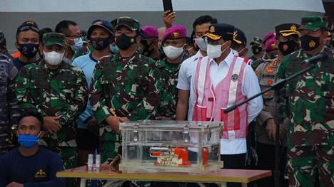 Indonesiassa mereen syöksyneen lentokoneen mustan laatikon osaa esiteltiin Jakartassa tiistaina.