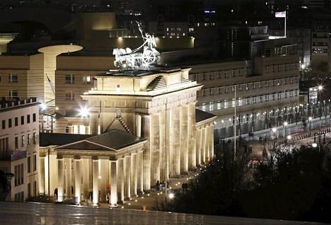 Brandeburgin portti Berliinissä. Taustalla Yhdysvaltain suurlähetystö, jonka välittömässä läheistyydessä sijaitsee myös Britannian suurlähetystö.