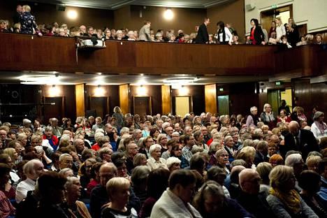Savoy-teatteriin mahtuu kaikkiaan 750 katsojaa. Supernaisten konsertissa vuonna 2016 sali oli tupaten täynnä. Nyt koronaepidemien vuoksi saliin myydään vain 40 lippua.