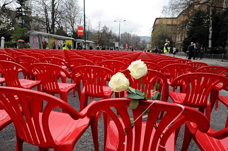 Bosnian sodan alkamisen muistopäivänä Sarajevon valtakadun varteen tuotiin 11 541 tyhjää tuolia muistuttamaan jokaisesta kaupungin piirityksessä surmansa saaneesta siviilistä.