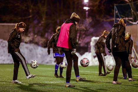 HJK:n T15-akatemiajoukkue harjoittelee Saharan pallokentällä Urheilukadun varrella Helsingissä.